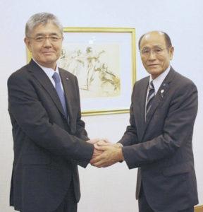 平野俊樹マルイチ産商社長(左)と長元信男東町漁協組合長