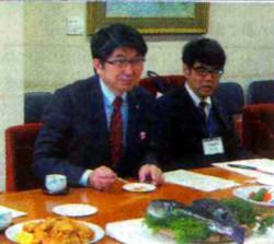 試食する田上市長(左)