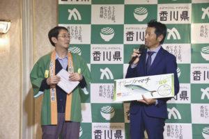 オリーブハマチについて紹介する嶋野文太理事(右)